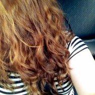 długie, kręcone włosy
